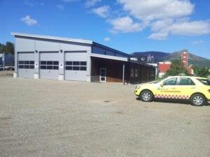 Brannstasjonen Stokmarknes med en kommandobil utenfor