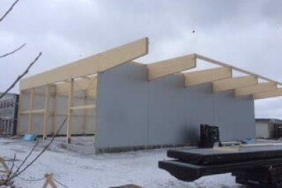 Arbeid med å bygge Montèr Hadsel i snø