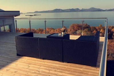 Altan på boligen for Joakim Antonsen & Lisa Hansen med bord og sofa