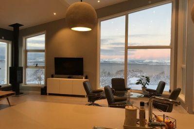 Innsiden av boligen for Joakim Antonsen & Lisa Hansen med 5 stoler rundt et bord