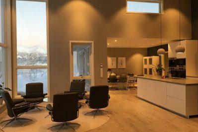 Innsiden av boligen for Joakim Antonsen & Lisa Hansen med 5 stoler rundt et bord og kjøkken